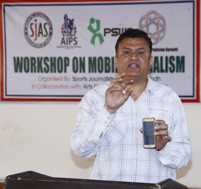Mehmood Riaz delivering lacture on mobile journalism